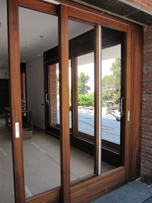 Puertas muebles y ventanas de madera maciza en barcelona - Puerta balconera aluminio ...